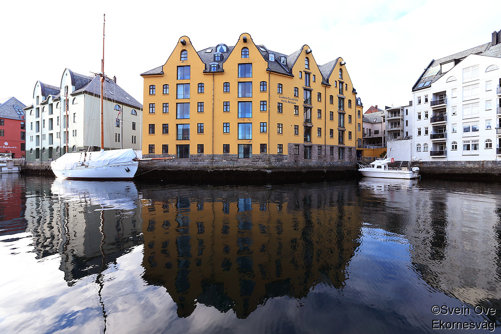 ÅLESUND 20130224. <br /> To båter ligger utenfor Clarion Collection Hotel Bryggen i Brosundet i Ålesund.<br /> Foto: Svein Ove Ekornesvåg