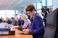 06 NOV 2019, BERLIN/GERMANY:<br /> Annegret Kramp-Karrenbauer, CDU, Bundesverteidigungsminister, vor Beginn der Kabinettsitzung, Bundeskanzleramt<br /> IMAGE: 20191106-01-016<br /> KEYWORDS: Kabinett, Sitzung