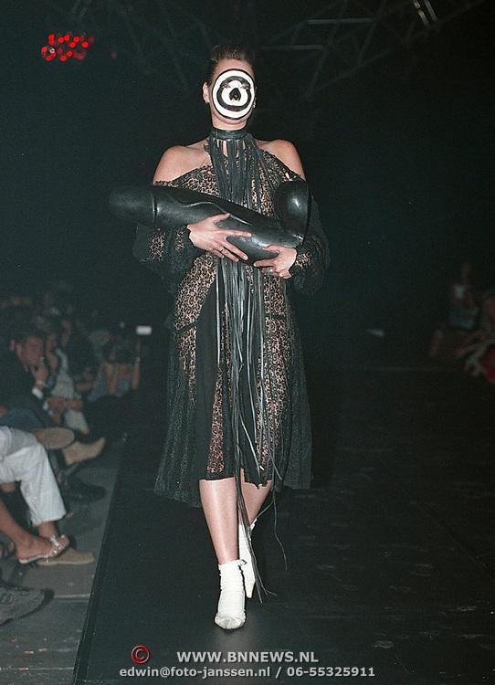 Fashionshow Orange Babies Amsterdam, model met zwarte penis