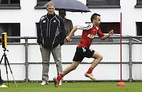 BILDET INNGÅR IKKE I FASTAVTALENE PÅ NETT MEN MÅ KJØPES SEPARAT<br /> <br /> Fotball<br /> Tyskland<br /> Foto: imago/Digitalsport<br /> NORWAY ONLY<br /> <br /> 22 06 2011<br /> Trening FC Köln<br /> <br /> Manager Volker Finke Looking for The Players during The Training Session of The 1 FC Cologne Geißbockheim in Cologne ON June 22 2011