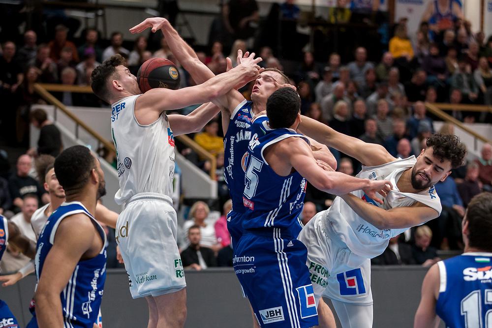 ÖSTERSUND 20200211<br /> Jämtlands Jaan Puidet och Jämtlands Jordan Semple i kamp med Nässjöspelare  under tisdagens match i basketligan mellan Jämtland Basket och Nässjö Basket i Östersunds Sporthall.<br /> <br /> Foto: Per Danielsson/Projekt.P