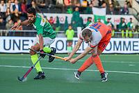 AMSTELVEEN - Mirco Pruyser (Ned) scoort 3-0     tijdens  de tweede  Olympische kwalificatiewedstrijd hockey mannen ,  Nederland-Pakistan (6-1). Oranje plaatst zich voor de Olympische Spelen 2020.. links Ammad Butt (Pak)   COPYRIGHT KOEN SUYK