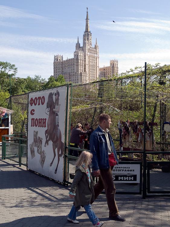 """Der Moskauer Zoo wurde 1864 eröffnet und ist damit der älteste Zoo Russlands. Hier werden rund 1000 Tierarten mit über 6.500 Exemplaren, vom Rotwolf über den Zobel bis zu den Elefanten, gehalten. Im """"Exotarium"""", einer Art Aquarium, kann man Unterwasserwelten samt Fauna tropischer Meere bewundern. Der Zoo wurde von 1990 bis 1997 grundlegend modernisiert und auf seine heutige Fläche von rund 21,5 Hektar erweitert. im Hintergrund eine der """"Sieben Schwestern"""" von Moskau. <br /> <br /> Inner zone of the Moscow Zoo. The Moscow Zoo is the largest and oldest zoo in Russia - It was founded in 1864. In the back one of the so called """"Seven Sisters"""" which were built during Stalin's last years."""