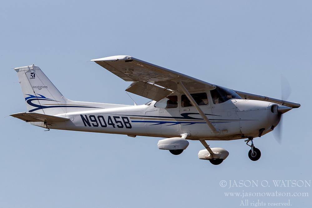 Cessna 172S (N9045B) on approach to Palo Alto Airport (KPAO), Palo Alto, California, United States of America
