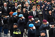 Nationale Dodenherdenking 2017 op de dam in Amsterdam. /// National Remembrance Day 2017 on the dam in Amsterdam.<br /> <br /> Op de foto / On the photo:  Koning Willem-Alexander en koningin Maxima leggen een krans bij het Nationaal Monument op de Dam //// King Willem-Alexander and Queen Maxima put a wreath at the National Monument on the Dam