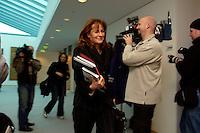 09 JAN 2005, BERLIN/GERMANY:<br /> Edelgard Bulmahn, SPD, Bundesbildungsministerin, auf dem Weg zur Sitzung des SPD Praesidiums zum Auftakt der Klausurtagungen, Willy-Brandt-Haus<br /> IMAGE: 20050109-01-001<br /> KEYWORDS: Präsidium, Camera, Kamera