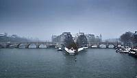France, Paris (75), les rives de la Seine, classées Patrimoine Mondial de l'UNESCO, pont des Arts et la cathédrale Notre-Dame // France, Paris, Seine river bank, Ile de la Cité and Notre-Dame