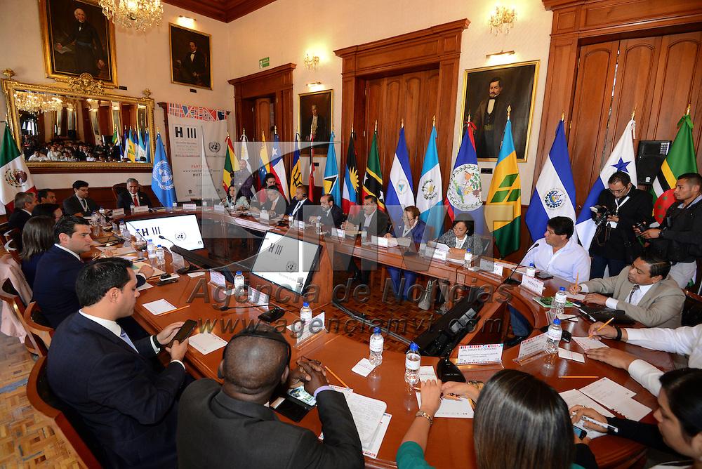 Toluca, México (Abril 19, 2016).- Mesa de dialogo Gobiernos Sub-nacionales; Financiamiento del Desarrollo Urbano, durante la Reunión Regional Hábitat 2016, que se realizo en el salón de cabildos de Toluca.  Agencia MVT / Crisanta Espinosa