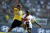 Fotball<br /> Nederland 2003/2004<br /> Foto: Digitalsport<br /> Norway Only<br /> <br /> NAC Breda , AFC Ajax , 4-2 , 21-09-2003 , Johan Elmander in duel met Abubakari Yakubu