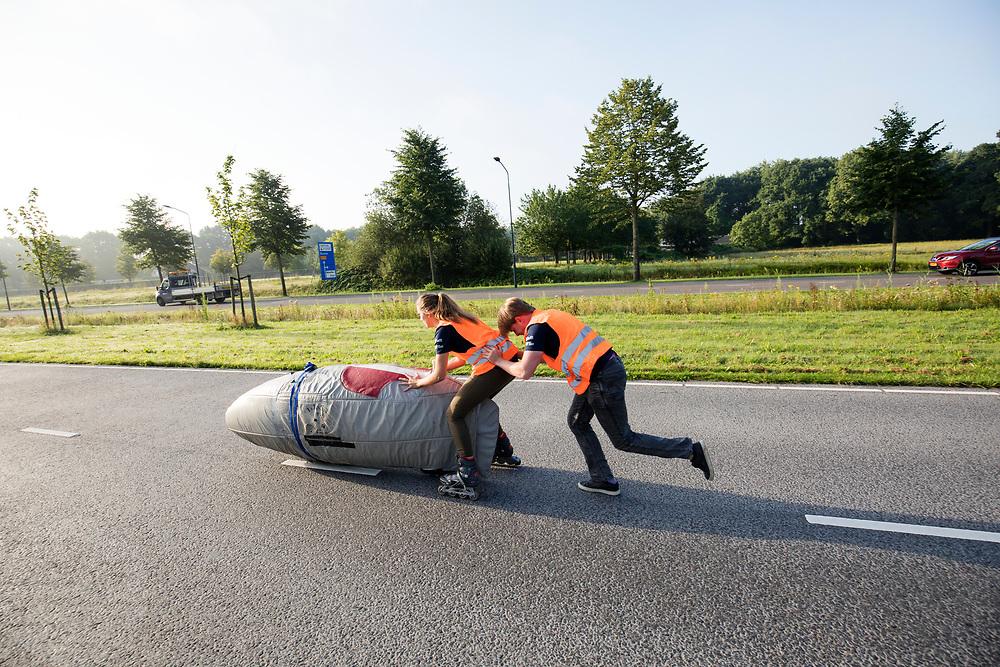 De Velox gaat van start voor de eerste testrun. In Helmond test het HPT hun nieuwe fiets op de A270. In september wil het Human Power Team Delft en Amsterdam, dat bestaat uit studenten van de TU Delft en de VU Amsterdam, tijdens de World Human Powered Speed Challenge in Nevada een poging doen het wereldrecord snelfietsen voor vrouwen te verbreken met de VeloX 7, een gestroomlijnde ligfiets. Het record is met 121,44 km/h sinds 2009 in handen van de Francaise Barbara Buatois. De Canadees Todd Reichert is de snelste man met 144,17 km/h sinds 2016.<br /> <br /> In Helmond the HPT tests the new bike on the highway A270. With the VeloX 7, a special recumbent bike, the Human Power Team Delft and Amsterdam, consisting of students of the TU Delft and the VU Amsterdam, also wants to set a new woman's world record cycling in September at the World Human Powered Speed Challenge in Nevada. The current speed record is 121,44 km/h, set in 2009 by Barbara Buatois. The fastest man is Todd Reichert with 144,17 km/h.