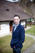 Korrespondent Kilian Kirchgessner vor dem Haus Na Sboru in Kunvald (deutsch Kunwald) welches an den Beginn der Brüderunität erinnert.