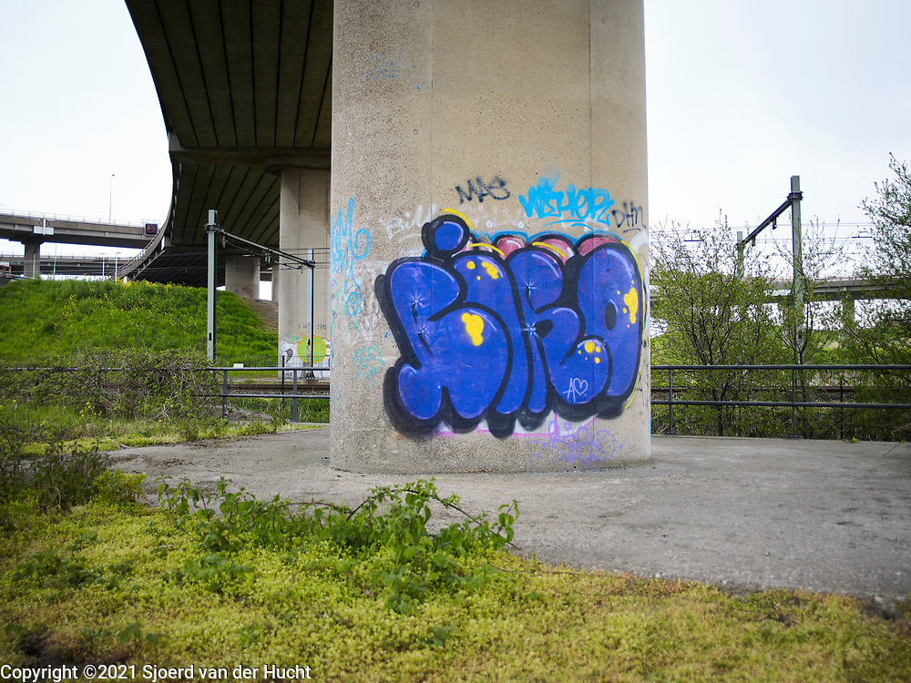 Graffiti onder het verkeersplein Prins Clausplein bij Den Haag.   Graffiti under the traffic circle Prins Clausplein and The Hague.