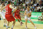 DESCRIZIONE : Siena Lega A 2011-12 Montepaschi Siena EA7 Emporio Armani Milano Finale scudetto gara 5<br /> GIOCATORE : Rimantas Kaukenas<br /> CATEGORIA: tecnica sequenza palleggio passaggio<br /> SQUADRA : Montepaschi Siena<br /> EVENTO : Campionato Lega A 2011-2012 Finale scudetto gara 5<br /> GARA : Montepaschi Siena EA7 Emporio Armani Milano<br /> DATA : 17/06/2012<br /> SPORT : Pallacanestro <br /> AUTORE : Agenzia Ciamillo-Castoria/GiulioCiamillo<br /> Galleria : Lega Basket A 2011-2012  <br /> Fotonotizia : Siena Lega A 2011-12 Montepaschi Siena EA7 Emporio Armani Milano Finale scudetto gara 5<br /> Predefinita :