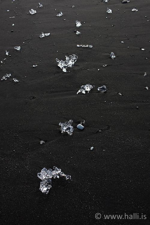 Ice cubes at the beach below Jokulsarlon, Iceland - Ísmolar og ísjakar í fjörunni neðan við Jökulsárlón