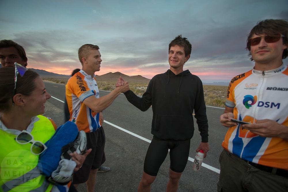 Kaj feliciteert Jan Bos met het goede resultaat op de vijfde racedag van de WHPSC. In de buurt van Battle Mountain, Nevada, strijden van 10 tot en met 15 september 2012 verschillende teams om het wereldrecord fietsen tijdens de World Human Powered Speed Challenge. Het huidige record is 133 km/h.<br /> <br /> Kaj congratulates Jan Bos with his good results on the fifth day of the WHPSC. Near Battle Mountain, Nevada, several teams are trying to set a new world record cycling at the World Human Powered Vehicle Speed Challenge from Sept. 10th till Sept. 15th. The current record is 133 km/h.