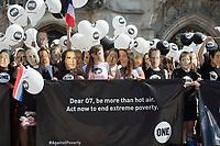 """06 JUN 2015, MUNICH/GERMANY:<br /> 250 junge Aktivisten der entwicklungspolitischen Lobby- und Kampagnenorganisation ONE, die aus allen G7-Staaten nach Muenchen gekommen sind, fordern im Rahmen einer Aktion mit Masken, welche die Gesichter der G7 Regierungschefs darstellen, auf dem Odeonsplatz """"mehr als heisse Luft"""" von den G7 Regierungschefs beim Kampf gegen extreme Armut<br /> IMAGE: 20150606-01-050<br /> KEYWORDS: München, ONE.org, Kampagne, Politiker, Gesichter"""