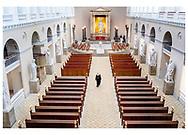 Danmark lukker ned pga af Corona-virus. Københavns biskop Peter Skov-Jakobsen afholder højmesse bag låste døre i Københavns Domkirke. Det skulle have været en festlig dag med en fyldt kirke og besøg af Dronning Margrethe og drengekoret. Nu blev det en lille forsamling bestående af Biskoppen selv, organist, fire korsangere, en kirketjener og en ass. kirketjener/klokker.<br /> Biskop Peter Skov-Jakobsen har ingen erindring om, at det tidligere i historien er sket, at alle Danmarks kirker er lukket ned for offentligheden.