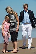 Koning Willem-Alexander en koningin Maxima poseren samen met de prinsesjes Ariane, Amalia en Alexia tijdens de jaarlijkse fotosessie op het strand bij het natuurgebied Meijendel in Wassenaar. <br /> <br /> King Willem-Alexander and Queen Maxima posing together with the princesses Ariane, Amalia and Alexia at the annual photo session on the beach at the nature Meijendel in Wassenaar.<br /> <br /> Op de foto / On the photo:  Koning Willem Alexander , Koningin Maxima en prinses Ariane