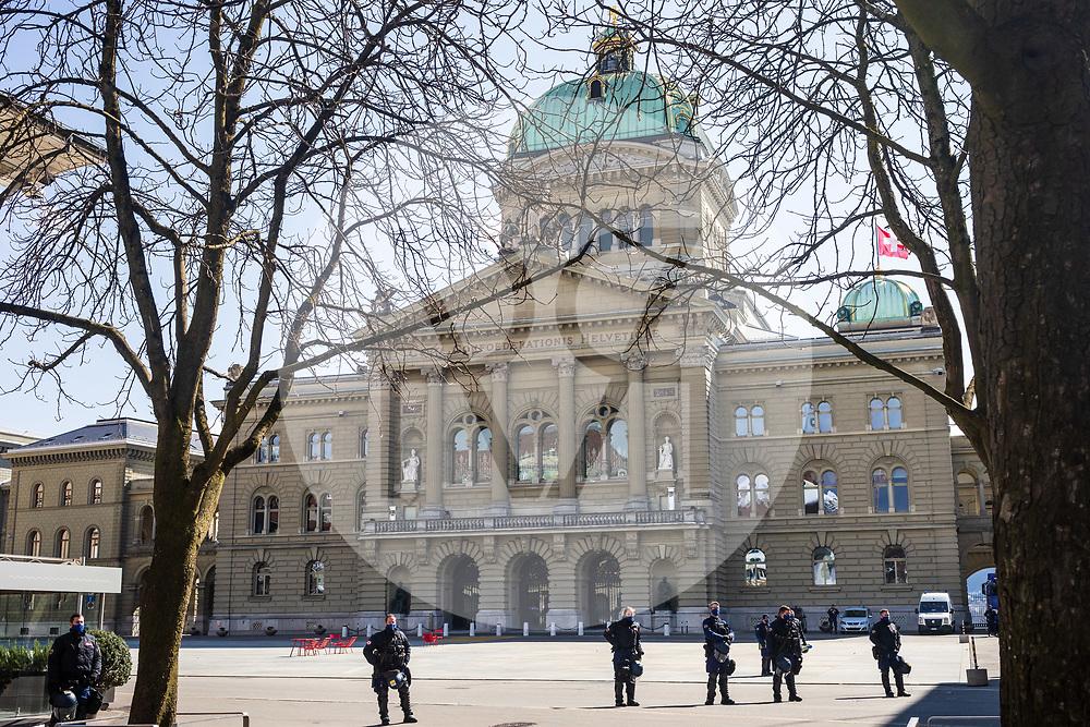 SCHWEIZ - BERN - Die Polizei sperrt den Bundesplatz. Während einer unbewilligten Demonstration gegen die Massnahmen zur Eindämmung der Corona-Pandemie - 20. März 2021 © Raphael Hünerfauth - https://www.huenerfauth.ch