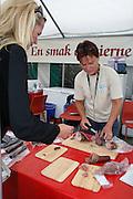 Siv Ellinor Aagård drev Lierne Fisk AS, foredling av vill fisk fra Lierne, men måtte gi opp på grunn av råvaremangel. Hjelper her kjøttbedriften Li-snadder med standen på Agrisjå i Stjørdal. Foto: Bente Haarstad