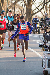 lead pack of elite men in Central Park, Mutai leads