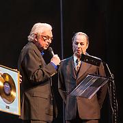 NLD/Amsterdam/20140305 - Radio 5 Nostalgia hommage Wim Sonneveld, Tony Neef krijgt een gouden plaat van Wim Sonneveld zelf