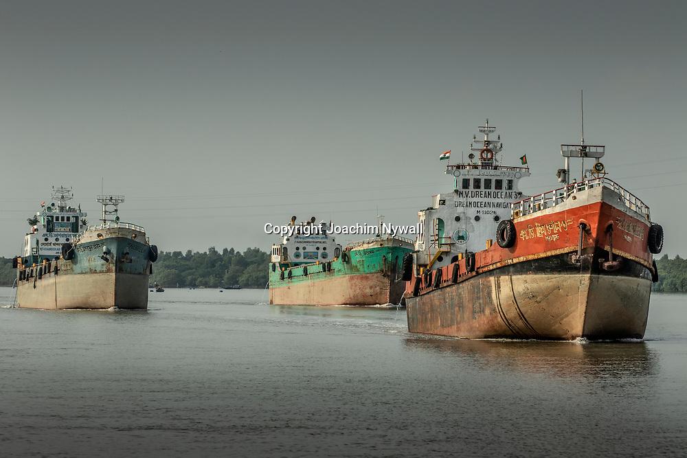 2019 10. 05  Sunderbans West Bengal Indien<br /> Lastbåtar på floden<br /> <br /> ----<br /> FOTO : JOACHIM NYWALL KOD 0708840825_1<br /> COPYRIGHT JOACHIM NYWALL<br /> <br /> ***BETALBILD***<br /> Redovisas till <br /> NYWALL MEDIA AB<br /> Strandgatan 30<br /> 461 31 Trollhättan<br /> Prislista enl BLF , om inget annat avtalas.