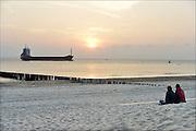 Nederland, Walcheren, 13-9-2014Op het strand bij Dishoek maken mensen een wandeling in de avondzon.FOTO: FLIP FRANSSEN/ HOLLANDSE HOOGTE