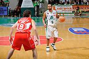 DESCRIZIONE : Siena Lega A 2008-09 Playoff Finale Gara 2 Montepaschi Siena Armani Jeans Milano<br /> GIOCATORE : Terrell Mc Intyre<br /> SQUADRA : Montepaschi Siena <br /> EVENTO : Campionato Lega A 2008-2009 <br /> GARA : Montepaschi Siena Armani Jeans Milano<br /> DATA : 12/06/2009<br /> CATEGORIA : palleggio<br /> SPORT : Pallacanestro <br /> AUTORE : Agenzia Ciamillo-Castoria/G.Ciamillo