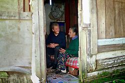 José Fortunati durante visita a Dna Eva Rocha Gonçalves, na vila Tronco. FOTO: Jefferson Bernardes/Preview.com