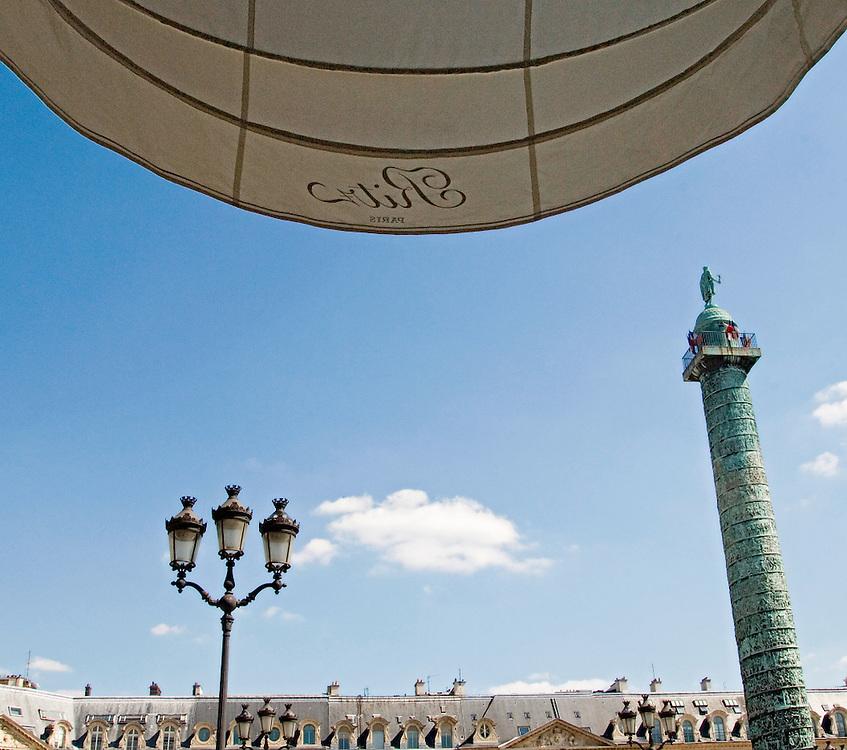 La colonne Vendôme, située au centre de la place Vendôme, vue de l'entrée du Hotel Ritz Paris, Paris-Ile-de-France, France.<br /> The Vendôme column, located at the center of the Vendôme place, seen input of the Hotel Ritz Paris, Paris-Ile-de-France, France.