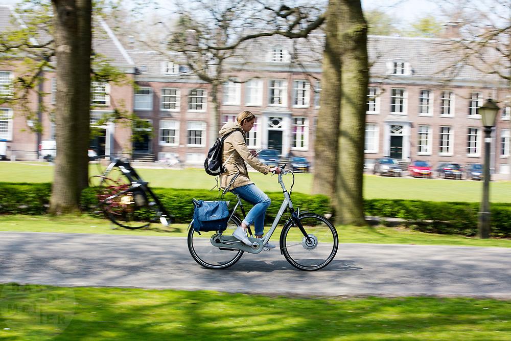 In Zeist rijden fietsers door het centrum.<br /> <br /> In Zeist cyclist ride at the city center.