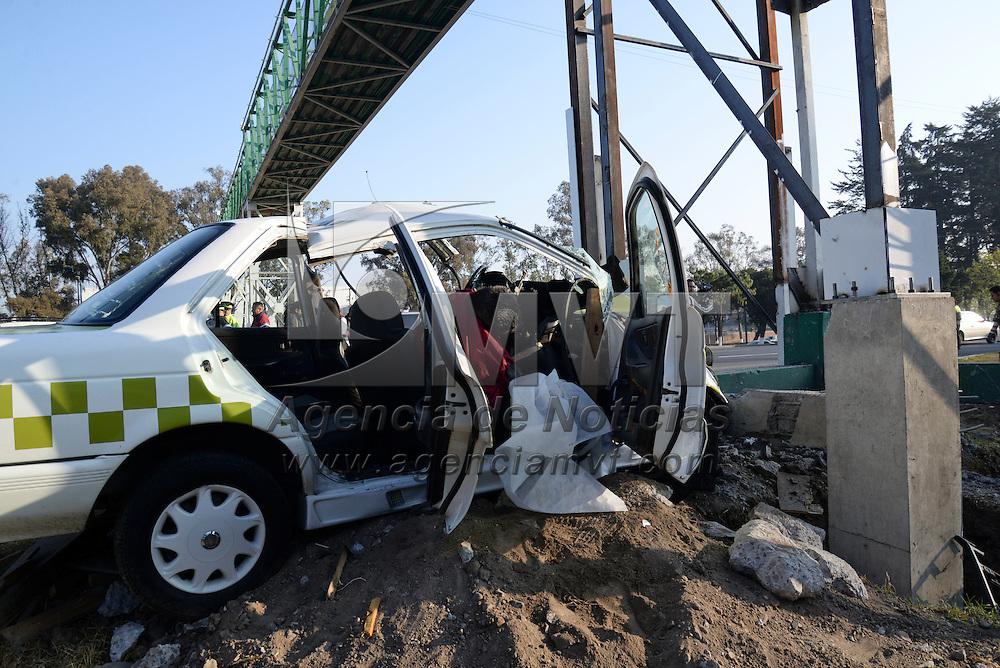 Toluca, México.- Un hombre perdió la vida y otro más resulto lesionado al registrase un choque sobre Paseo Tollocan, el taxi en el que viajaban se impacto en la base de un puente peatonal, días antes un autobús choque en el mismo lugar. Agencia MVT / JCrisanta Espinosa