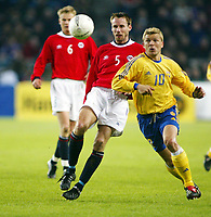 Fotball, 17. april 2002. Landskamp herrer, Norge v Sverige (Norway v Sweden 1-1), Ullevaal stadion. Marcus Allbäck, Sverige, og Christer Basma, Norge.