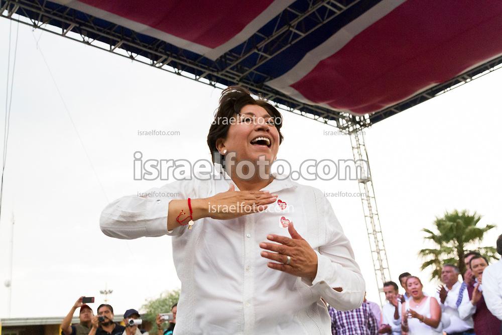 Delfina Gómez saluda a los asistentes al cierre de campaña en Valle de Chalco.