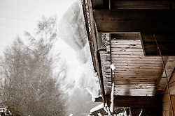 THEMENBILD - eine Schneewechte auf einem Dach. Große Mengen an Neuschnee fielen in der Nacht auf Samstag in ganz Salzburg, aufgenommen am 05. Jänner 2019, Kaprun, Österreich // a snowy weather on a roof. Large amounts of fresh snow fell during the night on Saturday in the whole of Salzburg on 2019/01/05, Kaprun, Austria. EXPA Pictures © 2019, PhotoCredit: EXPA/Stefanie Oberhauser
