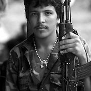 UN SOLDADO SANDINISTA EN UNA BARCAZA DE TRANSPORTE DE PASAJEROS EN EL RIO SAN JUAN . NICARAGUA . 1985