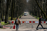 Bialystok, 07.04.2020. Z powodu epidemii koronawirusa do sklepow wpuszczanych jest jednoczesnie kilkanascie osob N/z fot Michal Kosc / AGENCJA WSCHOD