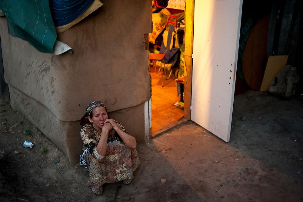 archief/illustatie<br /> Roma vrouw voor uitzetting van de 40 mensen een Roma-kamp in Villeneuve-le-Roi (Val-de-Marne). <br /> 04/09/2012<br /> <br /> Femme Rome après avoir recu l'information que son camp va être évacué. Camp Rom à Villeneuve-le-Roi (Val-de-Marne).
