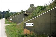 Duitsland, Laarbruch, 20-10-2016In voormalige munitiebunkers in de omgeving van de Duitse stad Kleef is 40.000 kilo illegaal vuurwerk aangetroffen dat was bestemd voor de Nederlandse markt . De Duitse politie heeft die bunkers dinsdag doorzocht op verzoek van het Functioneel Parket in Amsterdam. De vroegere opslagbunkers voor munitie van de Engelse luchtmacht worden verhuurd of verkocht aan particulieren en bedrijven. Het complex hoorde bij de luchtmachtbasis Laarbruch die tot begin 90er jaren operationeel was. Nu is het in handen van een vastgoedbedrijf en getransformeerd tot vakantiepark. Een deel van de ruim 300 bunkers is omgebouwd tot vakantiewoning. Ook wonen mensen er permanent en worden er een aantal verhuurd ook aan mensen uit Nederland . Gelegen vlak over de grens met noord limburg.Foto: Flip Franssen