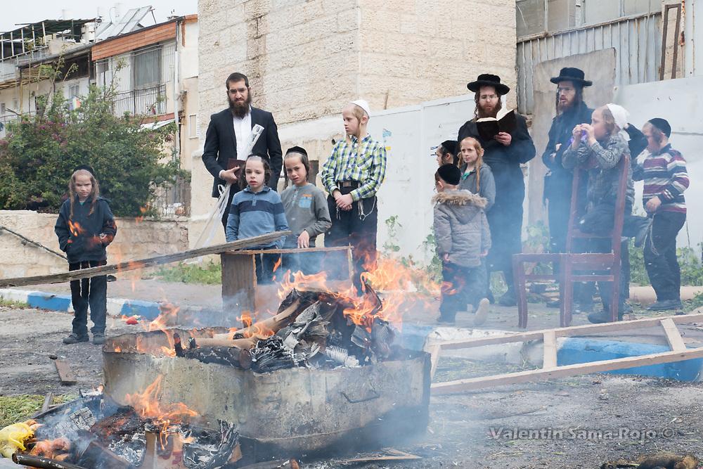 Jerusalem, Israel. 30th March, 2018. People burning leavened food the morning before Pesach in a bonfire at the street of Mea Shearim neighborhood in Jerusalem. © Valentin Sama-Rojo.