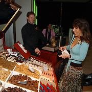NLD/Amsterdam/20060409 -  Première Black Pinocchio, Susan Blokhuis en vriendin kiezen wat drop voor tijdens de voorstelling