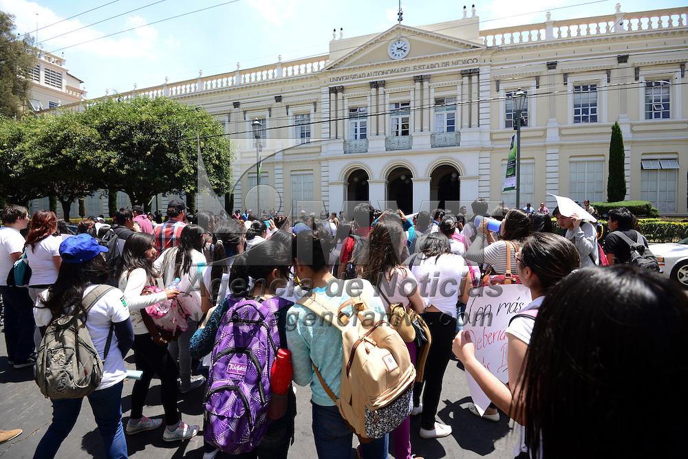 Toluca, México (Abril 15, 2016).- Alrededor de 200 estudiantes universitarios marcharon por las calles de Toluca y terminaron en el edificio de Rectoria de la UAEM exigiendo becas, transporte gratuito entre otras peticiones.  Agencia MVT / Crisanta Espinosa