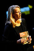 Mabel bij A MATTER OF ACT NIGHT.<br /> <br /> Op zaterdagavond 27 was in Theater aan het Spui een bijzondere avond plaats; de eerste A Matter of ACT Night.<br /> <br /> Op de foto:  Mabel van Oranje met het eerste exemplaar van het A Matter of ACT boek aan Mabel van Oranje.