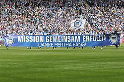 "15.05.2011, Olympiastadion Berlin, GER, 2.FBL, Hertha BSC Berlin vs FC Augsburg im Bild Vor dem Spiel bedankt sich die Mannschaft ""Missiongemeinsam erfuellt! Danke Hertha Fans!"" EXPA Pictures © 2011, PhotoCredit: EXPA/ nph/  Hammes       ****** out of GER / SWE / CRO  / BEL ******"