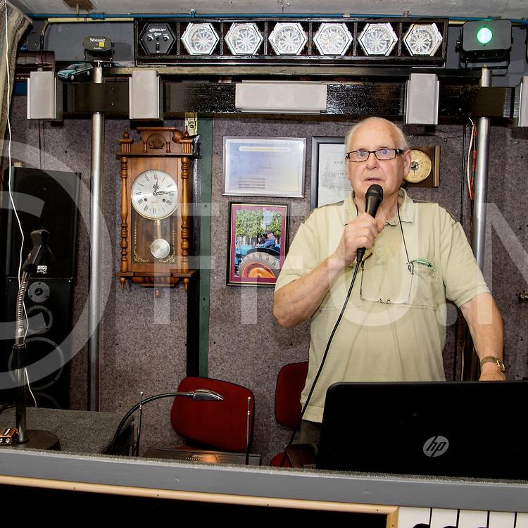 DALFSEN - Man cave.<br /> Foto: Joop Lemstra (80) DJ in een ouder garage schuur die tot muziek ruimte is omgetoverd.<br /> FFU PRESS AGENCY COPYRIGHT FRANK UIJLENBROEK