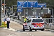 Nederland, Arnhem, 15-10-2014Een politieauto,surveillanceauto van de politie, staat midden op de weg omdat er een aanhouding wordt gedaan. Het gaat om een zwerver, dakloze.FOTO: FLIP FRANSSEN/ HOLLANDSE HOOGTE