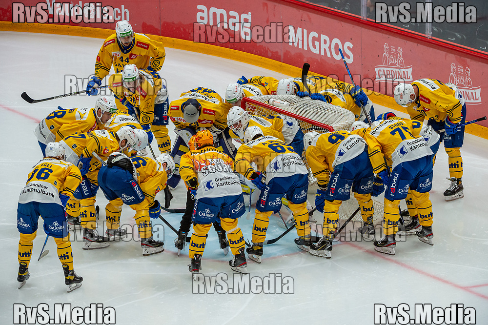 LAUSANNE, SWITZERLAND - SEPTEMBER 24: Team HC Davos makes a huddle prior the Swiss National League game between Lausanne HC and HC Davos at Vaudoise Arena on September 24, 2021 in Lausanne, Switzerland. (Photo by Robert Hradil/RvS.Media)