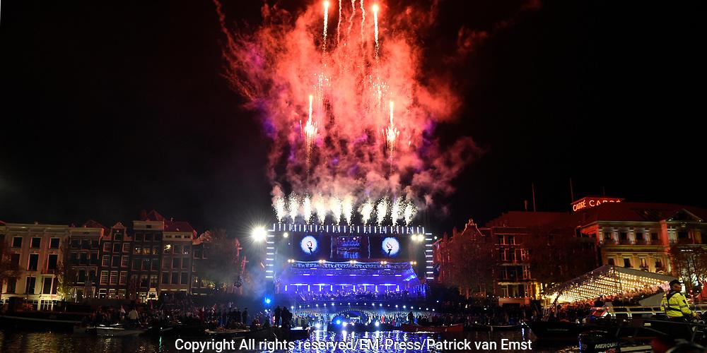 5 mei-concert op de Amstel / May 5 liberatrion concert at the Amstel<br /> <br /> Op de foto / On the photo:   Vuurwerk / Fireworks
