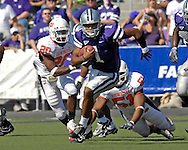 Kansas State quarterback Josh Freeman (1) rushes up the middle past Oklahoma State's Andre Sexton (20) and Victor DeGrate (51) in the first half at Bill Snyder Family Stadium in Manhattan, Kansas, October 7, 2006.  The Wildcats beat the Cowboys 31-27.<br />